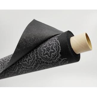 Tovaglia in tessuto non tessuto (TNT), base nera con fantasia geometrica bianca, confezionata in rotolo da 1.60x10mt.