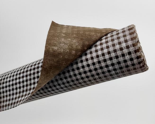Tovaglia in tessuto non tessuto (TNT), con fantasia vichy a quadrettini bianchi e marrone, confezionata in rotolo da 1.60x10mt.